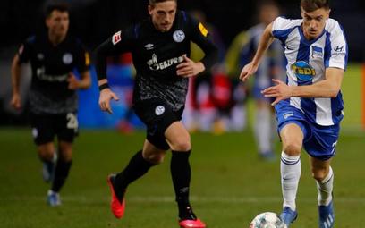 Krzysztof Piątek (z prawej w debiucie w Bundeslidze w meczu z Schalke) być może już jutro w kolejnym