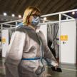 W centrum wystawowym w Belgradzie medycy szykują się do zastrzyków szczepionką AstraZeneca