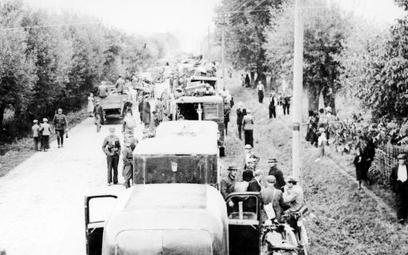 Kolumna samochodów Poczty Polskiej podczas ewakuacji, kampania wrześniowa 1939 r.