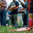 Eva William ze wspólnoty Simpcw First Nation gra na bębnie podczas demonstracji ku czci ofiar polity