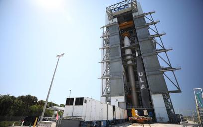 Wahadłowiec X-37B umieszczony w kapsule transportowej rakiety nośnej Atlas V 501 podczas przygotowań