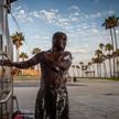 Jamal korzysta z publicznego prysznica w słynnej dzielnicy Venice Beach w Los Angeles. Jest jednym z