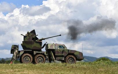 Samobieżny zestaw przeciwlotniczy PASARS-16 Terminator podczas strzelania z armaty 40 mm. Właśnie z