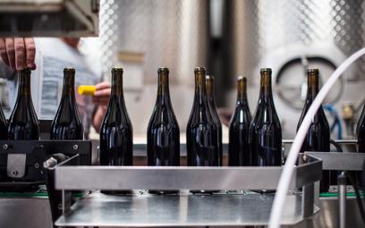 Wina w PET–ach i w butelkach z kaucją: tak zmieni sięrynek