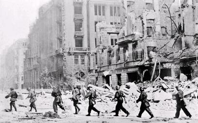 Patrol powstańczy na ul. Jasnej. Warszawa, sierpień 1944 r.