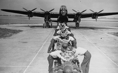 """Zdjęcie lancastera ładowanego bombami wykonane dla """"Daily Herald"""" 3 września 1942 r."""