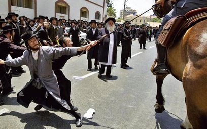 Nawet 10 tysięcy policjantów nie było w stanie poradzić sobie z oburzonymi chasydami / JACK GUEZ