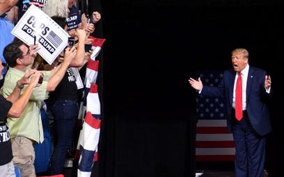 Donald Trump traci już w sondażach 13 punktów procentowych do Joe Bidena. Na zdjęciu wiec prezydenta