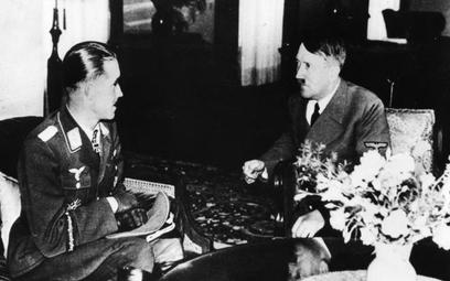 As myśliwski Adolf Galland podczas spotkania z Hitlerem (1942 r.).