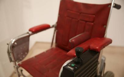 Wózek genialnego fizyka Hawkinga na sprzedaż