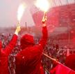 Uczestnicy Marszu Niepodległości zapalają race przed Stadionem Narodowym