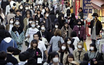 W Tokio wciąż ulice są pełne przechodniów.