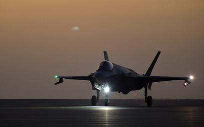 F-35 startuje z bazy Al Dafra do pierwszej misji bojowej. Fot. USAF/Staff Sgt. Chris Drzazgowski.