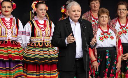Jarosław Kaczyński jako pierwszy złożył podpis pod projektem zrównującym wynagrodzenia kobiet i mężc