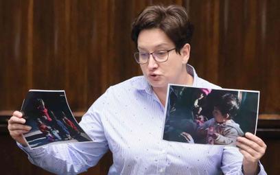 Posłanka Monika Falej prezentuje w Sejmie zdjęcie dzieci z Michałowa