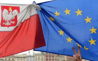 Sondaż: Unia Europejska dla Polaków pełna zalet