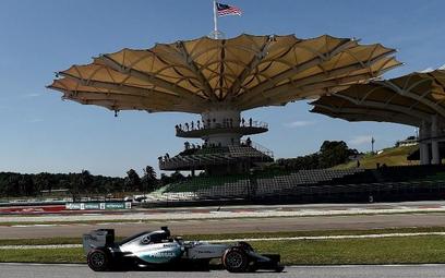 Lewis Hamilton osiągnął najlepszy czas w trakcie piątkowych treningów na torze Sepang