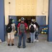 Uczniowie liceum w Los Angeles w kolejce do punktu szczepień