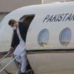Premier Pakistanu, Imran Khan, wysiada z samolotu