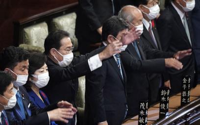 Uroczyste rozwiązanie parlamentu Japonii z udziałem premiera