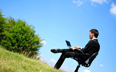 Praca zdalna: ryzyka home office pod palmami