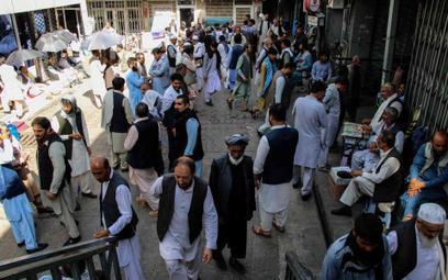 Afgańczycy zgromadzeni przed bankiem w Kabulu