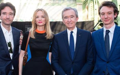 Fot: Bernard Arnault (drugi z prawej) to dziś jeden z najbogatszych ludzi świata. Fot: LVMH Twitter