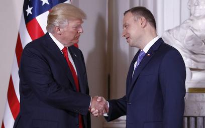 """""""Politico"""": Niebezpieczna gra Polski z USA. Polacy mogą za to zapłacić"""