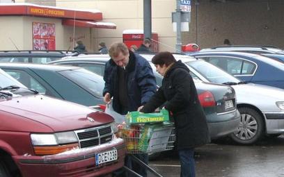 """Największe zakupy Litwini robią w markecie """"Kaufland"""" znajdującym się przy prowadzącej do granicy sz"""