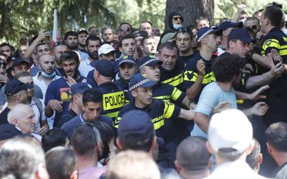 Policja, starająca się zablokować tłum przeciwników Parady Równości w Tbilisi, 5 lipca 2021