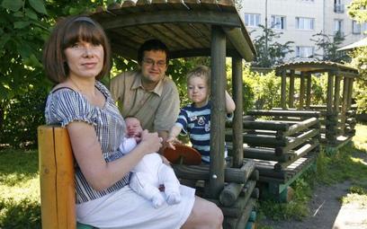 Rodzina zatrzymuje wiele osób w kraju
