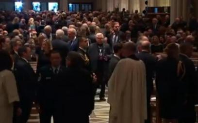 """Lech Wałęsa w koszulce """"Konstytucja"""" na pogrzebie George'a Busha"""
