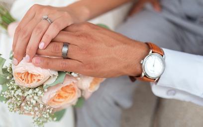 """Nowy trend ślubny: """"zegarek zaręczynowy"""" zamiast pierścionka"""