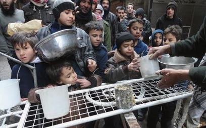 Zdani na międzynarodową pomoc mieszkańcy obozu dla uchodźców Jarmuk pod Damaszkiem