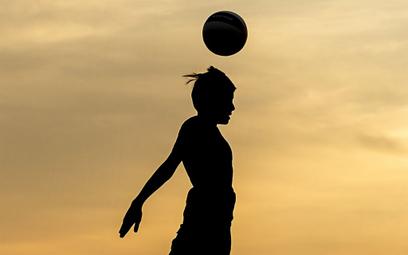 Wielka Brytania: Zakaz gry głową dla młodych piłkarzy