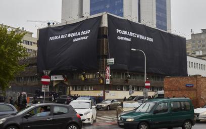 Greenpeace przykrył siedziby PiS i PO czarnym płótnem