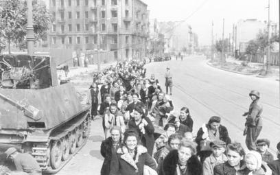 Szacuje się, że od sierpnia do października 1944 r. Niemcy wypędzili z Warszawy ponad pół miliona mi