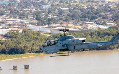 Ostatni śmigłowiec bojowy Bell AH-1W Super Cobra dywizjonu USMC HMLA-773 w pożegnalnym locie. Fot./U