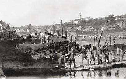 Grodno, 1920. Zniszczony most nad Niemnem, wtle drewniany most zbudowany przez polskich saperów