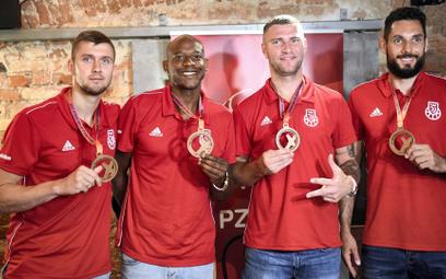 Brązowi medaliści mistrzostw świata koszykarzy 3x3. Od lewej: Przemysław Zamojski, Michael Hicks, Ma