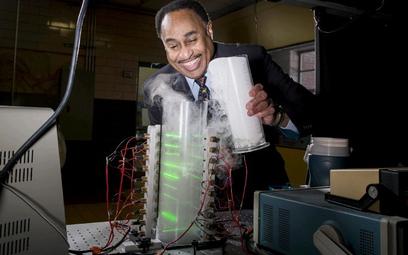 Ron Mallett, astrofizyk z University of Connecticut, zbudował prototyp wehikułu czasu.