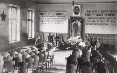 Tarnopol, wrzesień 1920. Polscy żołnierze po zdobyciu miasta w świetlicy wypełnionej sowiecką propag