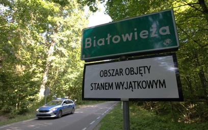 Tabliczka z informacją o obowiązywaniu stanu wyjątkowego w Białowieży