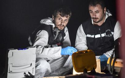 Tureccy policjanci w trakcie rewizji w saudyjskim konsulacie w Ankarze