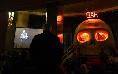 Janis Warufakis przemawia na deskach berlińskiej Volksbühne (w górnym lewym rogu)