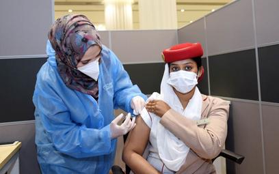 Emirates szczepią pracowników, ale tylko obywateli ZEA