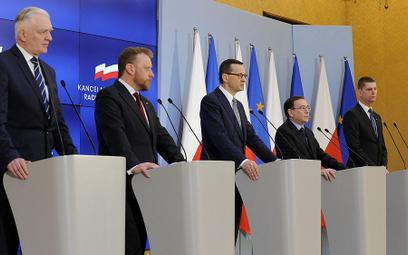 Wtorkowa konferencja w KPRM. Od lewej: wicepremier Jarosław Gowin, minister zdrowia Łukasz Szumowski