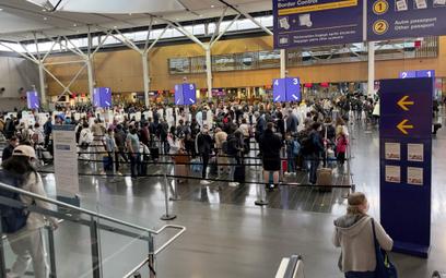 """IATA: Pasażerowie samolotów mają dość restrykcji. """"I tak nic nie pomogły"""""""