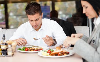 PIT od pracownika, gdy koszt wyżywienia w podróży służbowej przekracza limit diet