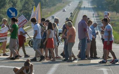 Do tej pory protestujący blokowali drogi. Na zdjęciu protest na trasie katowickiej w miejscowości Od